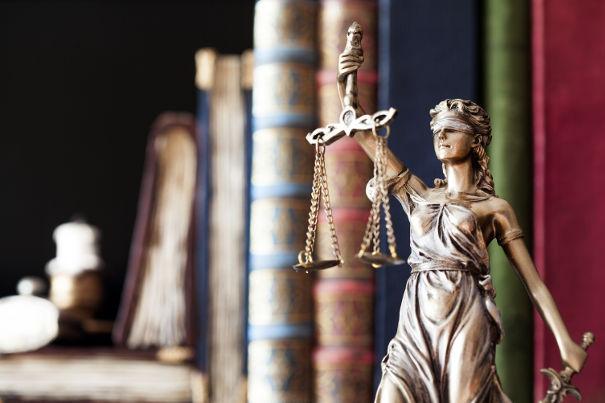 Justicia ist in allen Gerichten blind
