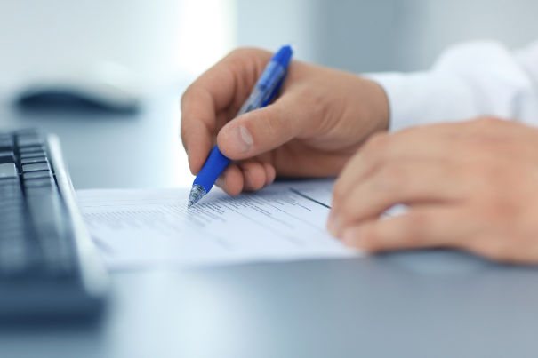 Die Antragstellung erfolgt schriftlich oder per Onlineformular