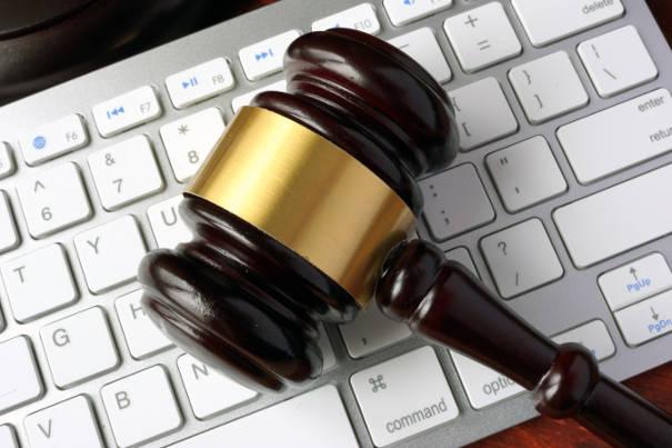 Keyboard mit Hammer: Mahnbescheid online beantragen