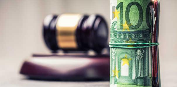 Richterhammer und Hunderteuroschein - Titulierte Forderung