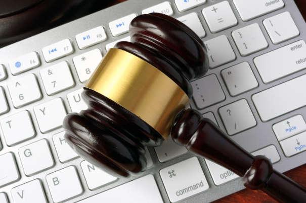elektronisches Mahnverfahren - Richterhammer auf Tastatur