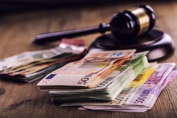 Richterhammer mit Euroscheinen - Vollstreckungsbescheid im gerichtlichen Mahnverfahren