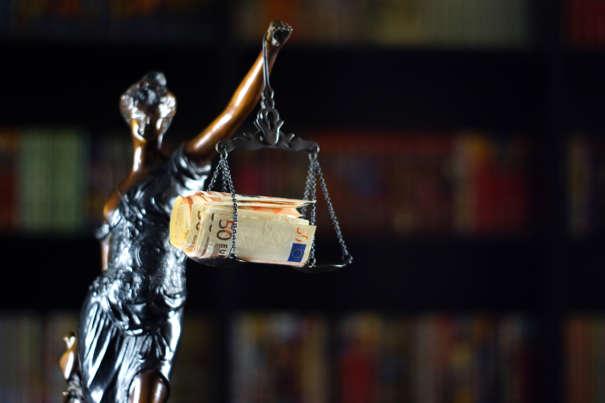 Justicia mit Geldbündel als Symbol für das Mahngericht